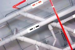 Rohr unter dem modernen Gebäude Stockfotos