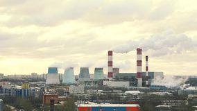 Rohranlagen strahlen Dampf, Rauch tagsüber aus fabrik stock footage