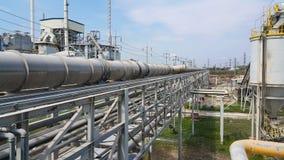 Rohrbrücke für das Übergangsmaterial roh und Dampf in der Fabrik stockbild