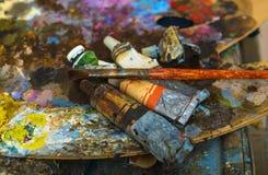 Rohre der Farbe auf einer Palette für mischende Ölfarben Lizenzfreie Stockfotos