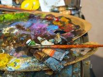 Rohre der Farbe auf einer Palette für mischende Ölfarben Stockbild