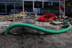 Rohre, die andere Materialien legen aus den Grund an einer unfertigen Baustelle sind lizenzfreies stockfoto