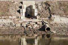 Rohre für Abwasser, Flussverseuchung Lizenzfreie Stockbilder