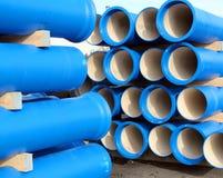 Rohre für das Transportieren des Wassers und der Kanalisation Stockfotografie