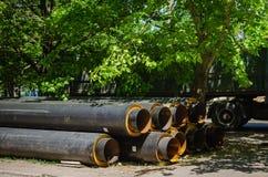 Rohre für Wasserversorgung des großen Durchmessers nahe der Baustelle Ersetzen von alten Kommunikationen lizenzfreie stockfotografie