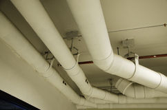 Rohre im Gebäude. Stockbilder