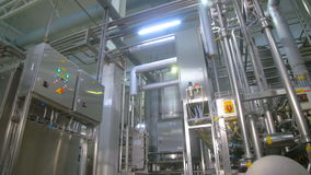 Rohre, Lagerungen, Behälter in einer industriellen Fabrik Chemikalie, Gas, Öl, waterbio Gasrohre stock video