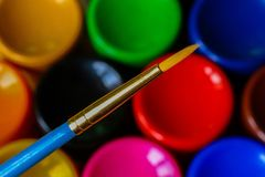 Rohre mit Acryl oder Ölfarbe und Bürste über der Palette des bunten Künstlers, selektiver Fokus lizenzfreie stockfotos