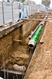 Rohre mit der Hitzelokalisierung, die im Graben liegt. Stockfoto
