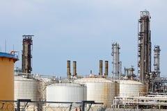 Rohre und Becken der Erdölraffinerie Stockfotografie