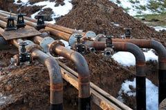 Rohre und Ventile an der Erdölraffinerie Lizenzfreie Stockbilder