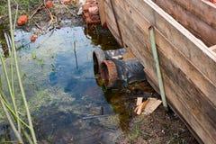 Rohre verunreinigen das Wasser Lizenzfreie Stockbilder