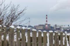 Rohrfabrikrauch hinter dem Zaun Lizenzfreie Stockbilder