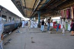 在Rohri交汇站的巴基斯坦铁路培训Shalimar快速终止在信德省 库存照片