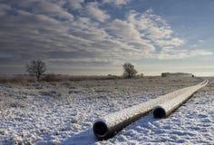 Rohrleitung bedeckt im Schnee Stockfoto