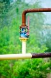 Rohrleitung mit Gelenk auf der Straße stockfotografie