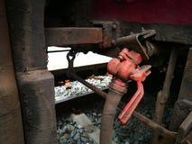 Rohrleitung zwischen dem train& x27; s-Fach lizenzfreies stockfoto