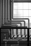 Rohrleitungen an der Fabrik stockbilder