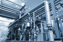 Rohrleitungen und Raffinerie Stockfotos
