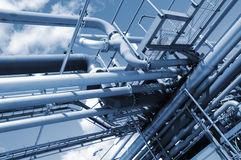 Rohrleitungen und Raffinerie lizenzfreie stockfotos