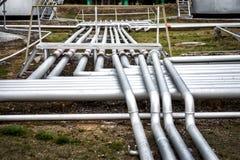 Rohrleitungsgruppe in der Ölstation Lizenzfreies Stockfoto