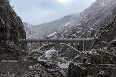 Rohrleitungsschluchtwinter schaukelt Brücke stockfotos