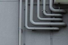Rohrleitungssystem auf grauer Wand Lizenzfreie Stockfotos
