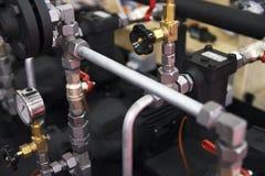 Rohrleitungssystem mit Kunststoffrohren, Kugelventilen und messendem De lizenzfreie stockbilder