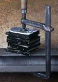 Klammer, die Druck zu einigen Festplattenlaufwerken gibt stockbild