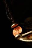 Rohrschelle mit Penny Lizenzfreies Stockfoto