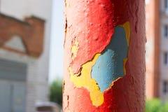 Rohrschwingen mit großen Schichten roter, gelber und blauer Farbe Lizenzfreie Stockbilder