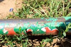 Rohrschwingen mit großen Schichten roter, weißer und grüner Farbe Lizenzfreies Stockbild