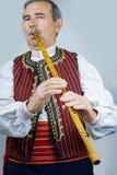 Rohrspieler in der traditionellen Kleidung Stockfotos