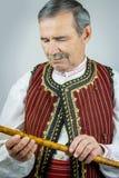 Rohrspieler in der traditionellen Kleidung Lizenzfreies Stockfoto