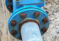 Rohrverbinder und rostiger Wasserklempnerarbeitstahl industriell stockbild