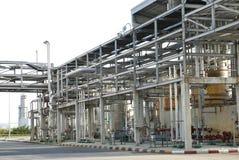 Rohrzeile des petrochemischen Werkes Stockfotos