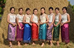 ROI和,泰国- 1月12日:妇女在东北泰国充分地打扮与传统布裙和女衬衫 免版税库存图片