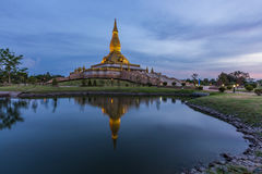 Roi编辑的泰国玛哈Mongkol Bua塔在日落 库存照片