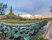 Roi编辑的泰国著名玛哈Mongkol Bua塔在日落 免版税库存照片