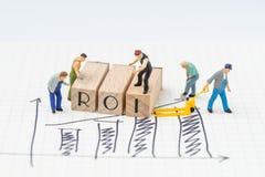 ROI, έννοια απόδοσης της επένδυσης, μικροσκοπικά ειδώλια ανθρώπων αυτός Στοκ Εικόνες
