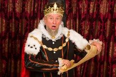 Roi avec le rouleau de parchemin photo stock