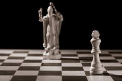Roi blanc classique et la même pièce d'échecs sous forme de medie Photos stock