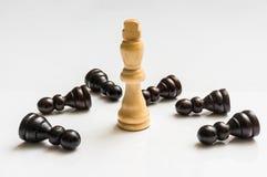 Roi blanc et beaucoup de gages tombés - concept d'échecs Image stock