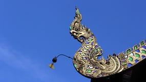 Roi coloré des nagas avec la petite cloche sur le toit de temple Photos stock