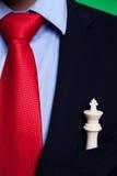 Roi d'échecs dans la poche d'un homme d'affaires Photos libres de droits