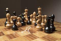 Roi d'échecs tué sur l'échiquier photographie stock libre de droits
