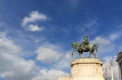 Roi de statue de l'Italie parmi des nuages Images libres de droits