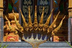 Roi de statue des nagas devant le temple de bouddhisme Photo stock