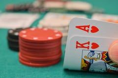 Roi et as sur une table de jeu Image stock