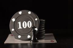 Roi et jetons de poker noirs d'échecs sur l'as des diamants Photo libre de droits